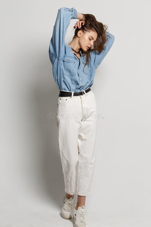 Ganzaufnahme der glücklichen jungen Frau, werfend im Baumwollstoffhemd auf lizenzfreie stockfotografie