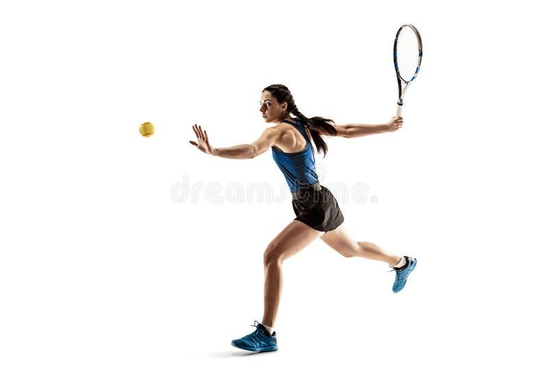Ganzaufnahme der jungen Frau Tennis spielend lokalisiert auf weißem Hintergrund stockbild