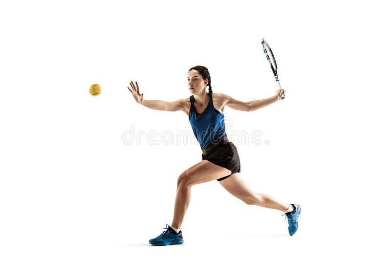 Ganzaufnahme der jungen Frau Tennis spielend lokalisiert auf weißem Hintergrund lizenzfreie stockfotos