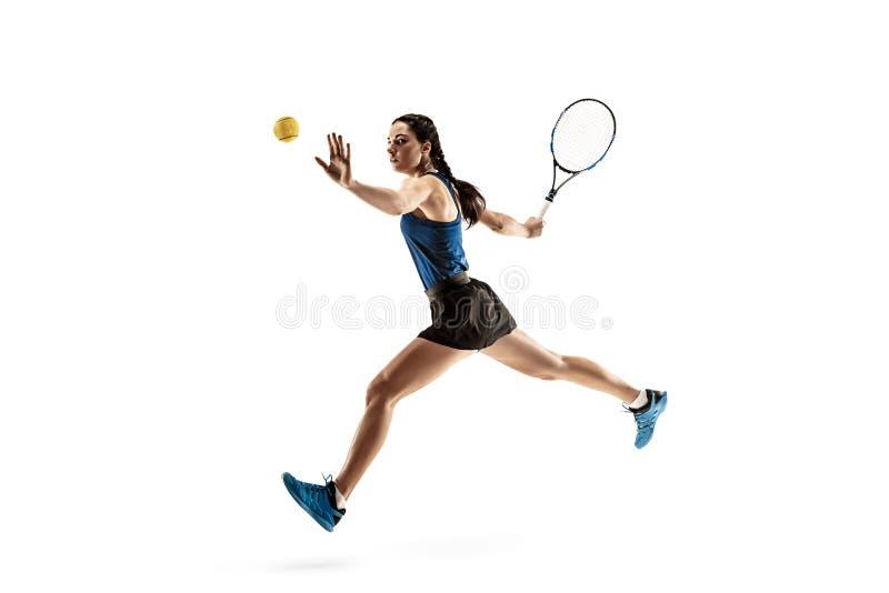 Ganzaufnahme der jungen Frau Tennis spielend lokalisiert auf weißem Hintergrund lizenzfreie stockfotografie