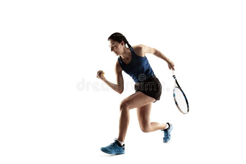 Ganzaufnahme der jungen Frau Tennis spielend lokalisiert auf weißem Hintergrund stockbilder