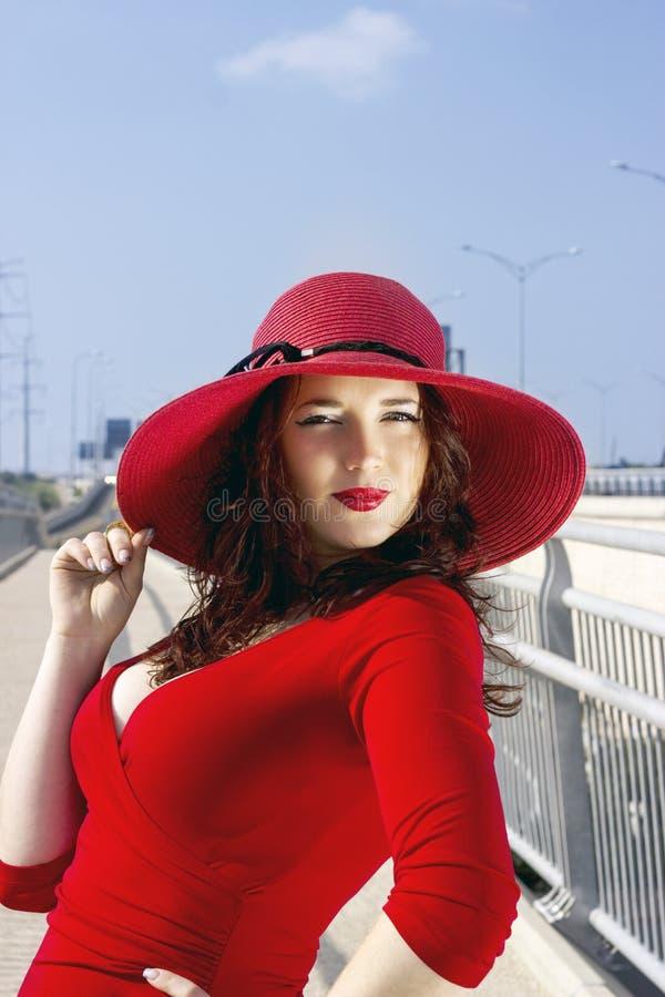 Ganzaufnahme der Modefrau im roten Kleid lizenzfreies stockbild