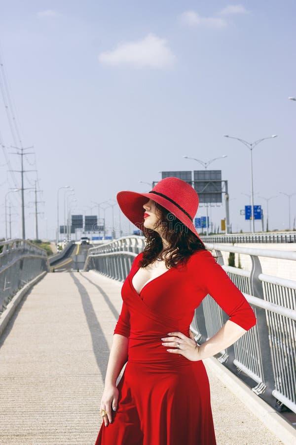 Ganzaufnahme der Modefrau im roten Kleid lizenzfreie stockbilder