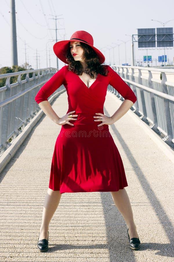 Ganzaufnahme der Modefrau im roten Kleid stockbild