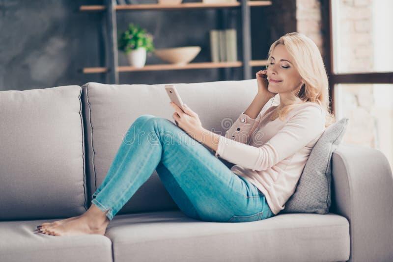 Ganzaufnahme der reizend hübschen Frau in den Jeans und im pullo lizenzfreie stockfotos