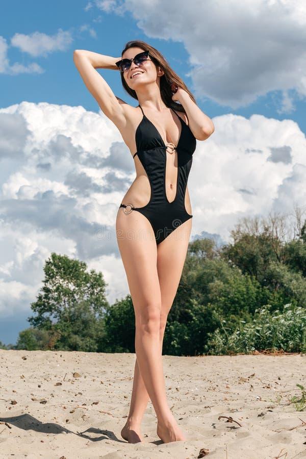 Ganzaufnahme der schönen jungen Frau auf dem Strand vacat lizenzfreies stockfoto