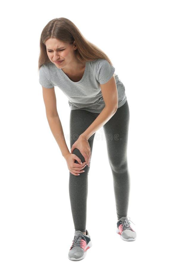 Ganzaufnahme der Sportlerin, die Knieprobleme auf Weiß hat stockfoto