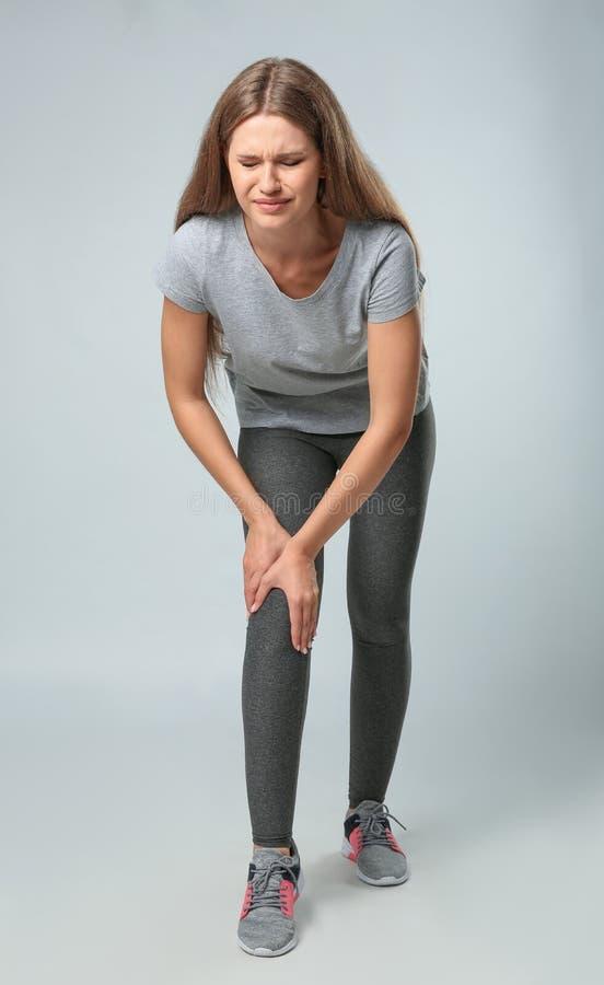 Ganzaufnahme der Sportlerin, die Knieprobleme hat stockfotografie