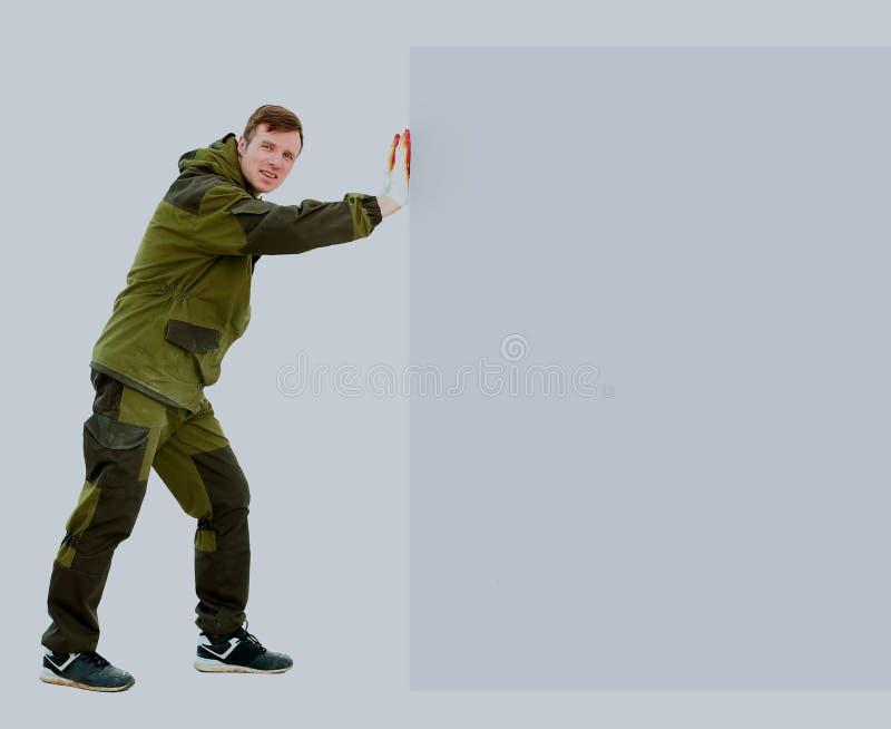 Ganzaufnahme des überzeugten jungen männlichen Reinigerholdingmops, der über weißem Hintergrund steht stockbild