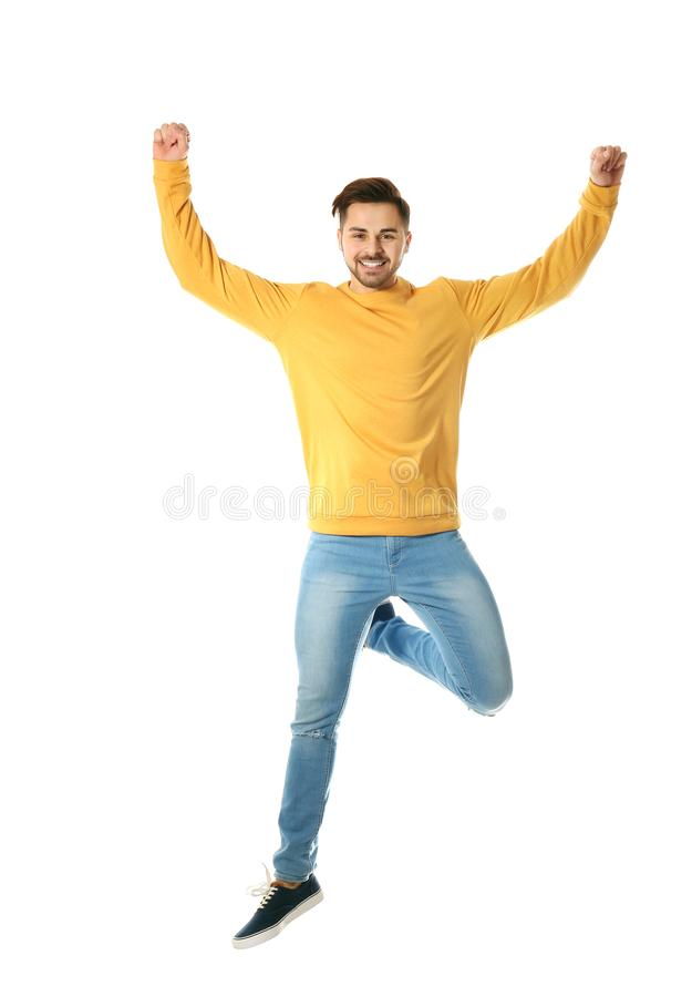 Ganzaufnahme des glücklichem Springens des gut aussehenden Mannes lizenzfreie stockfotos