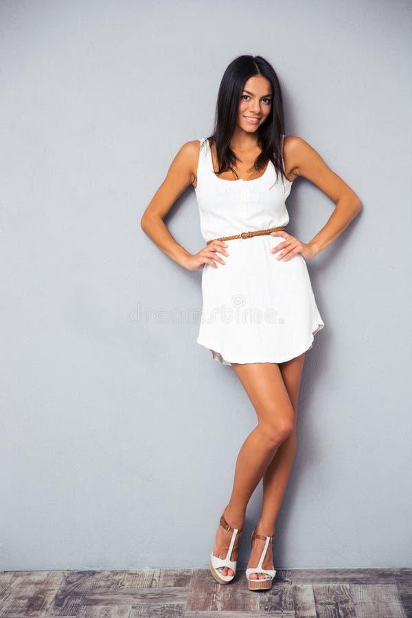 Ganzaufnahme des glücklichen Kleides der Frau in Mode lizenzfreies stockbild