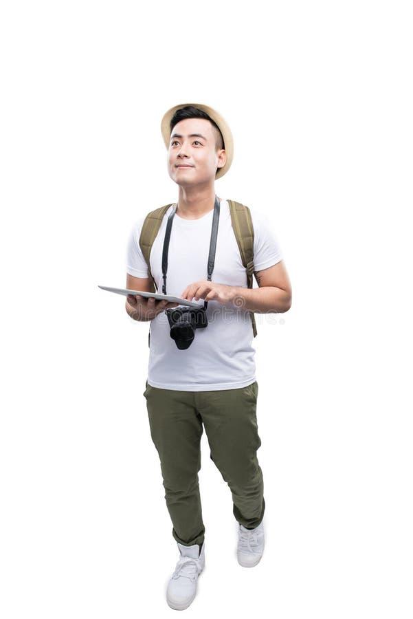 Ganzaufnahme des glücklichen touristischen Mannes, der Tablette auf Weiß verwendet stockfotos
