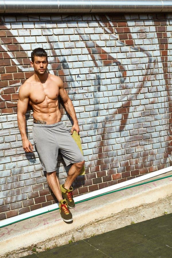 Ganzaufnahme des halb nackten Mannes im Freien stockfotos