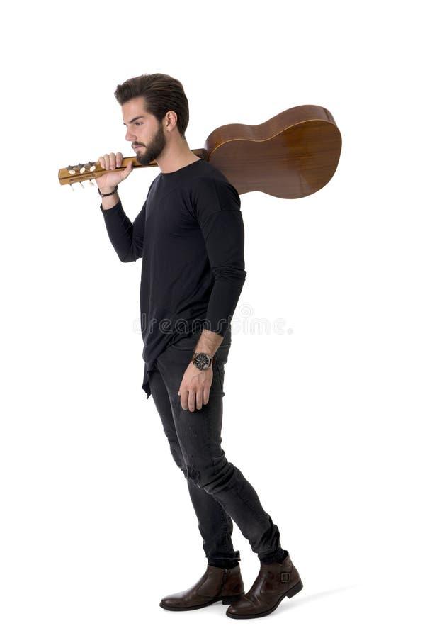 Ganzaufnahme des jungen Mannes Gitarre im Studio spielend lizenzfreie stockfotos