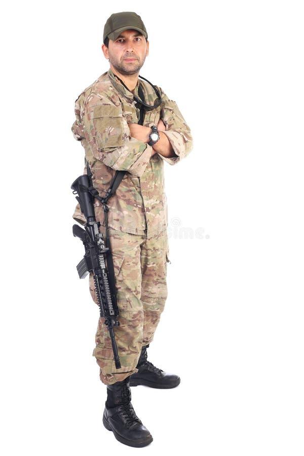 Ganzaufnahme des jungen Soldaten in der Armee kleidet mit Gewehr a stockfoto