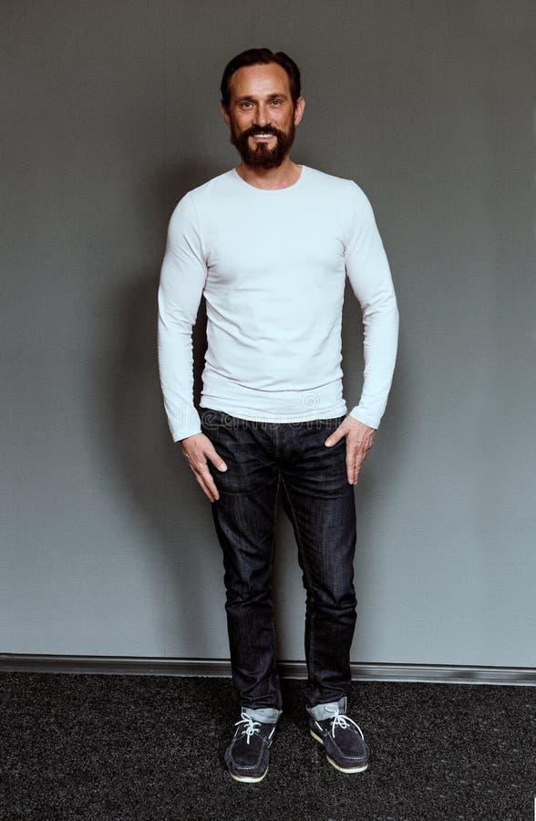 Ganzaufnahme des mittleren gealterten lächelnden beardy Schauspielers lizenzfreie stockbilder