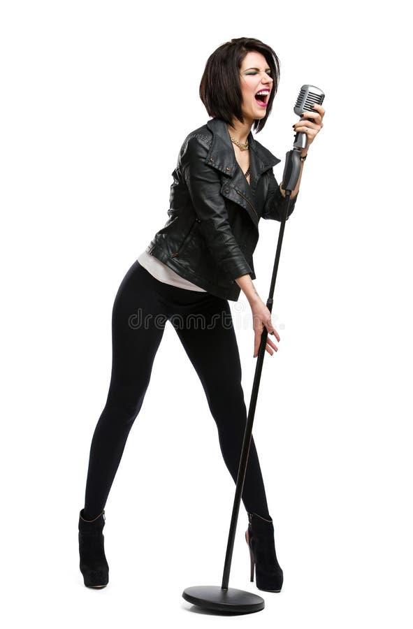 Ganzaufnahme des Rockmusikers mit Mikrofon stockbild