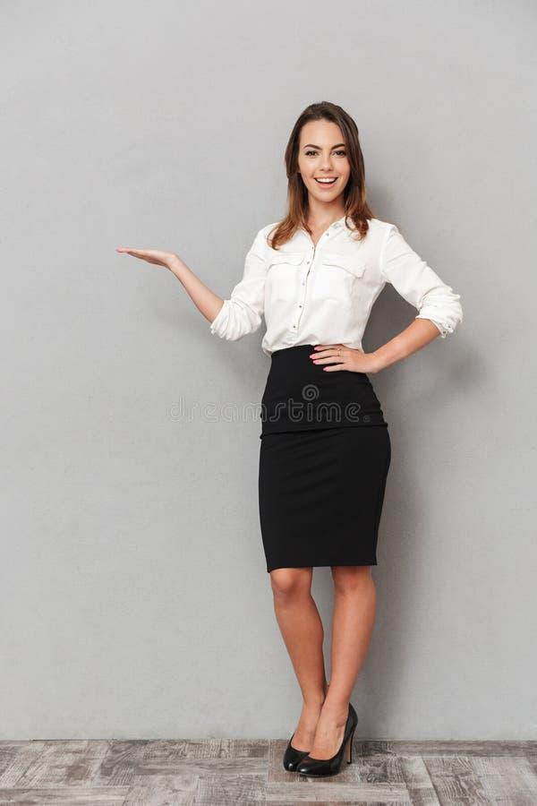 Ganzaufnahme einer überzeugten jungen Geschäftsfrau stockfotografie