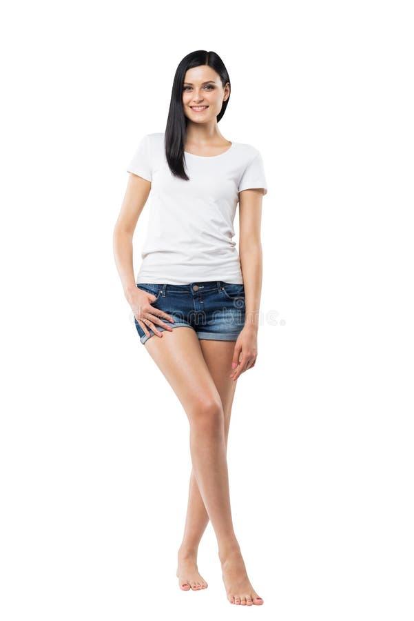 Ganzaufnahme einer Brunettefrau in ein weißes T-Shirt und eines Denims kurzen Hosen stockfotos