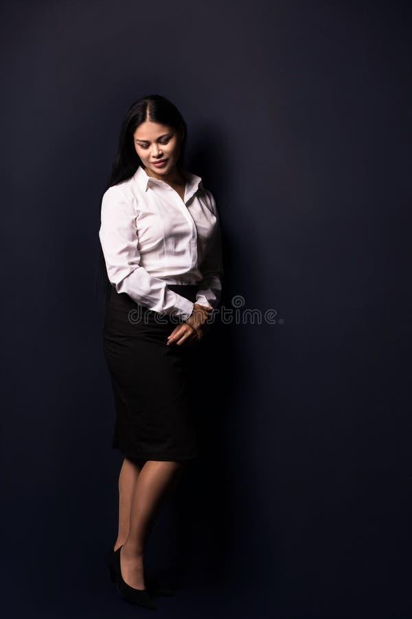Ganzaufnahme einer jungen schönen Geschäftsfrau stockfotos