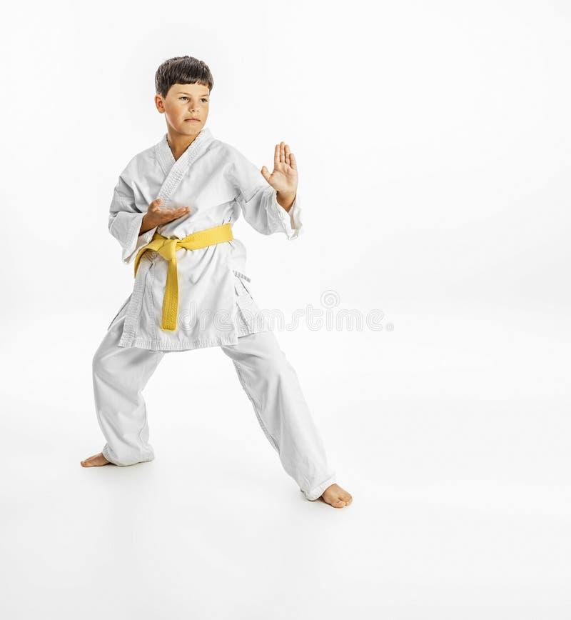 Ganzaufnahme einer Karatekinderübung auf weißem Hintergrund lizenzfreies stockfoto