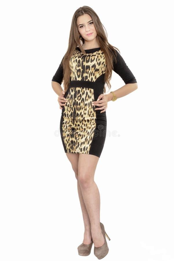 Ganzaufnahme einer lächelnden modernen Frau in Kleiderposition lizenzfreie stockfotos