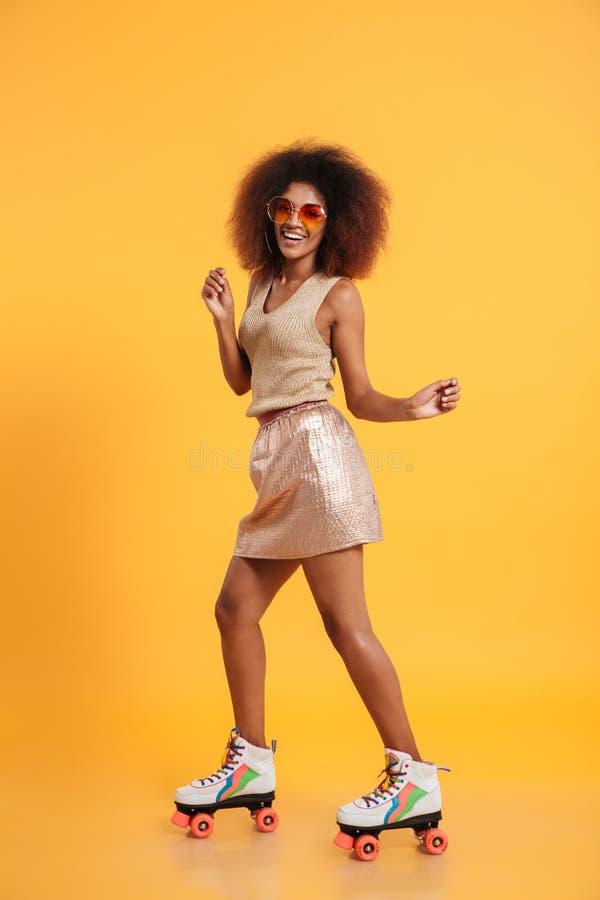 Ganzaufnahme einer netten afroen-amerikanisch Frau stockfotografie