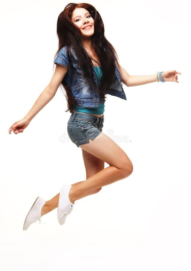 Ganzaufnahme einer netten Frau, die auf ein weißes BAC springt stockfotografie