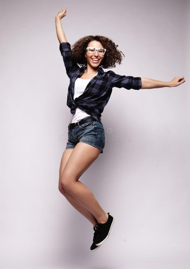 Ganzaufnahme einer netten Frau, die auf ein weißes BAC springt stockbilder