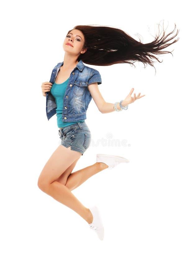 Ganzaufnahme einer netten Frau, die auf ein weißes BAC springt lizenzfreie stockfotografie