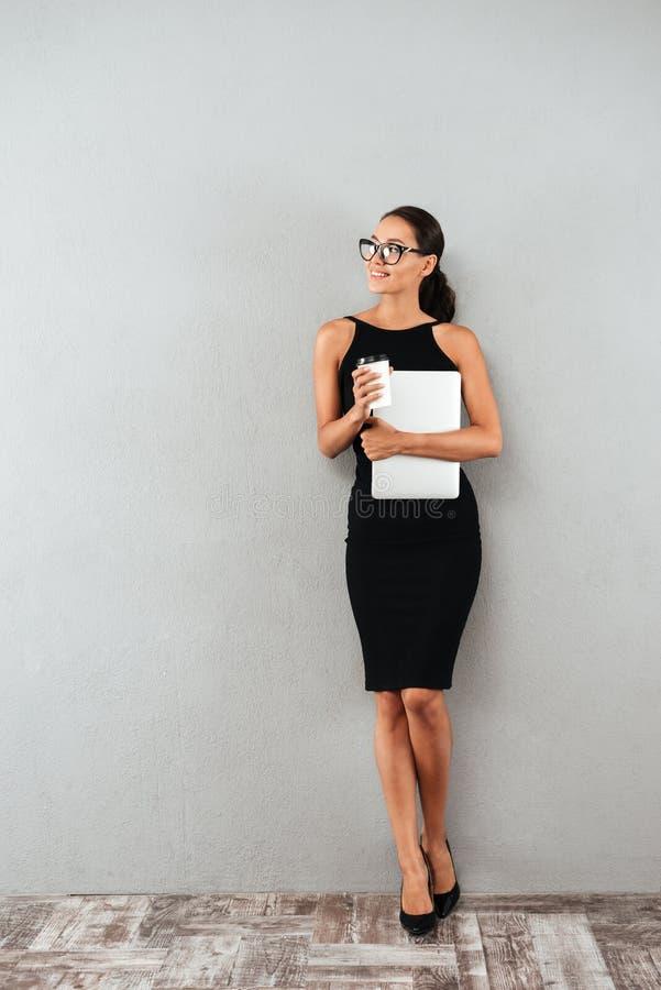 Ganzaufnahme einer schönen jungen Geschäftsfrau stockfotografie