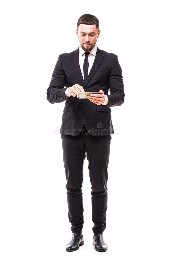 Ganzaufnahme eines überzeugten Geschäftsmannes unter Verwendung des Tablet-Computers lokalisiert auf einem weißen Hintergrund stockfotos