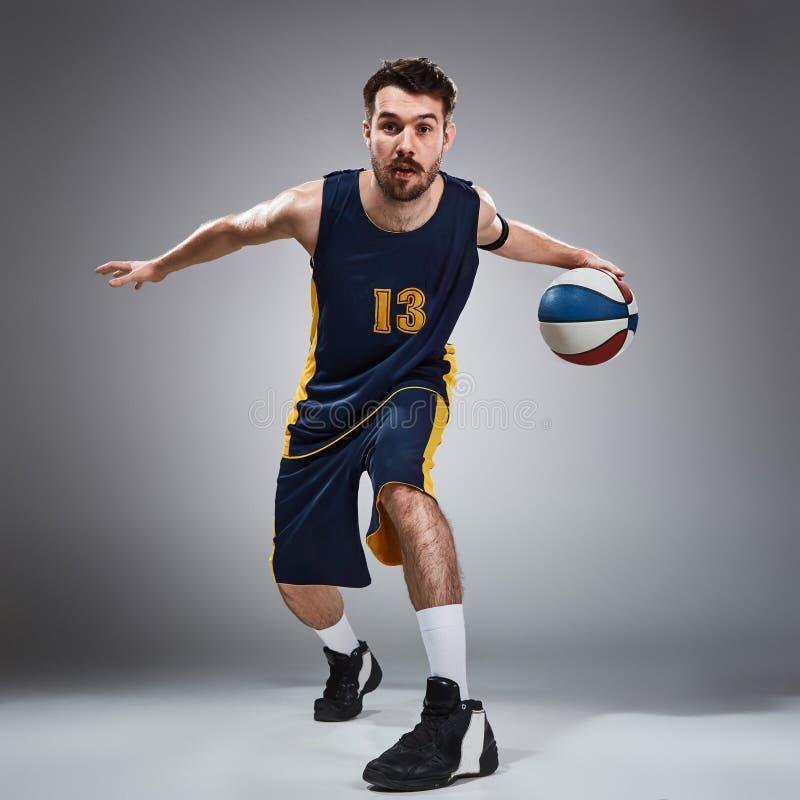 Ganzaufnahme eines Basketball-Spielers mit Ball stockfotografie