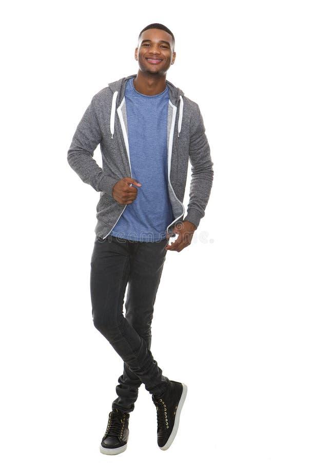 Ganzaufnahme eines kühlen jungen Lächelns des schwarzen Mannes lizenzfreie stockfotos