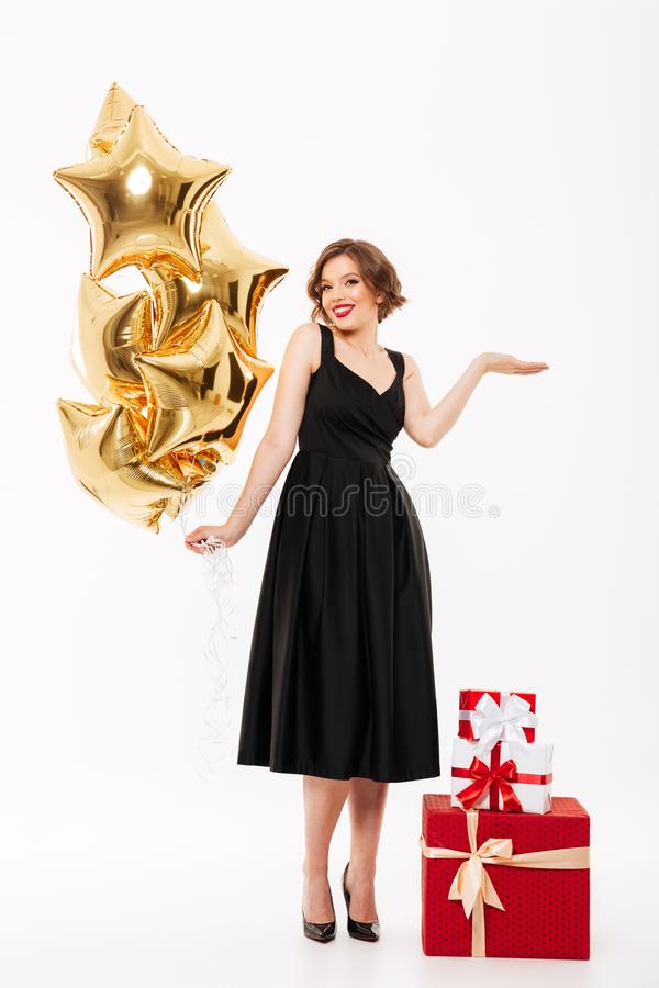 Ganzaufnahme eines lächelnden Mädchens kleidete im Kleid an lizenzfreies stockfoto
