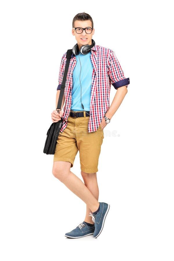 Ganzaufnahme eines männlichen Studenten mit einer Umhängetasche und einem h lizenzfreie stockfotos