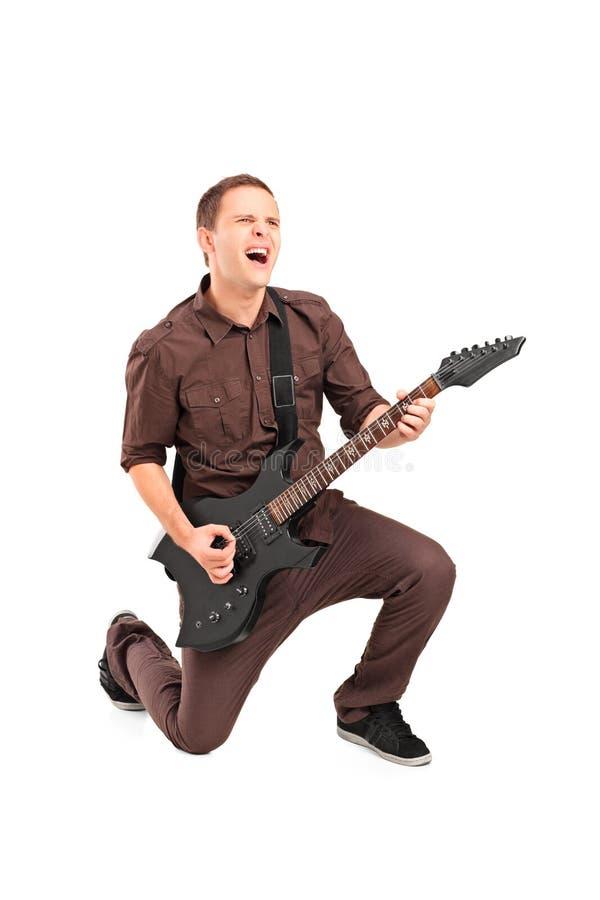 Ganzaufnahme eines Rockstars, der eine Gitarre spielt lizenzfreie stockfotos