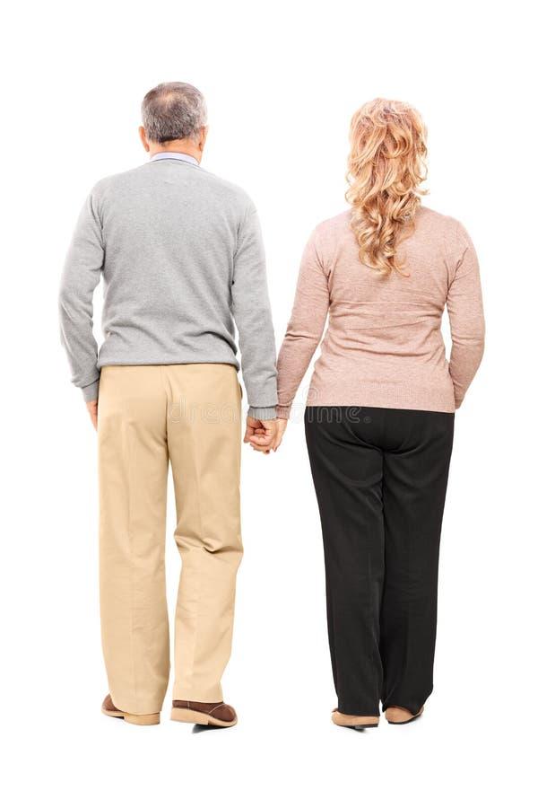 Ganzaufnahme Händchenhaltens eines des Mitte gealterten Paares lizenzfreie stockbilder