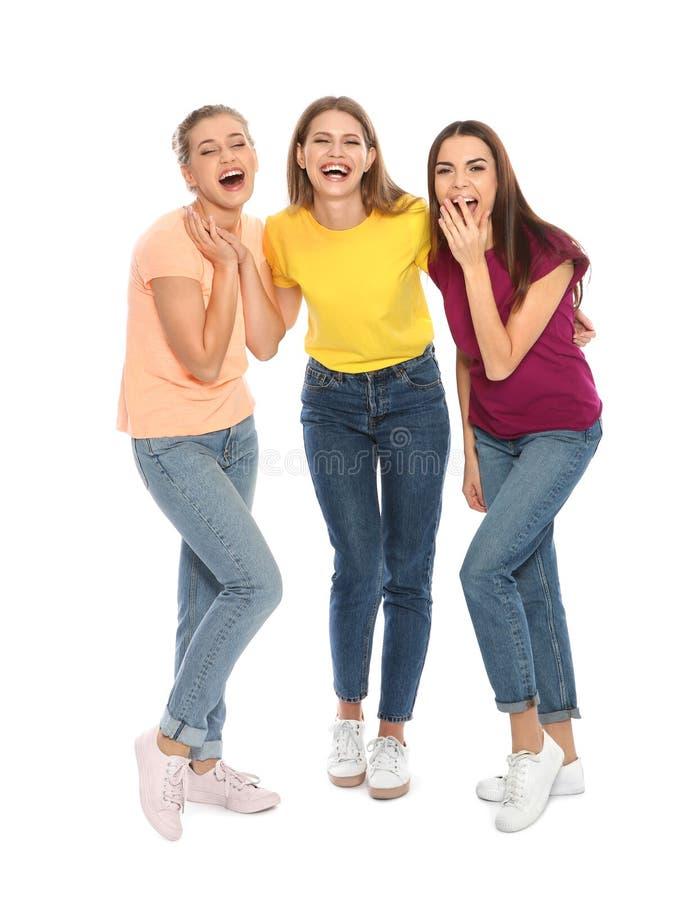 Ganzaufnahme von den jungen Frauen, die auf Weiß lachen lizenzfreies stockfoto