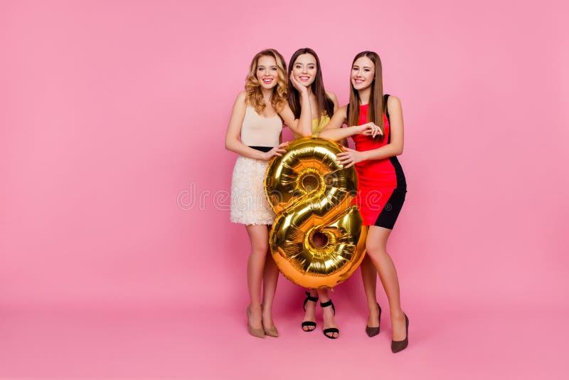 Ganzaufnahme von drei hübschen Mädchen, Parteizeit von stylis stockfotos