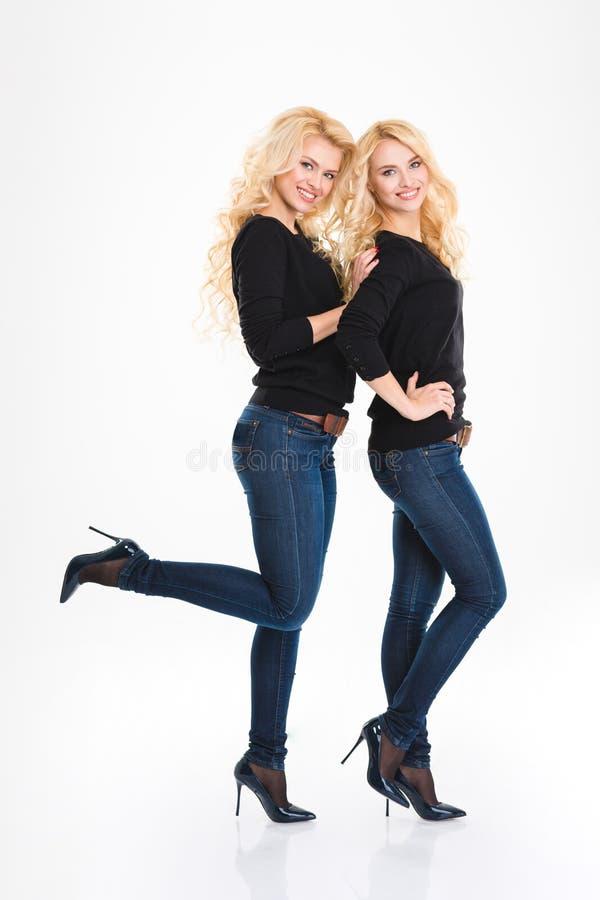 Ganzaufnahme von glückliche Schwesterzwillinge stockbilder