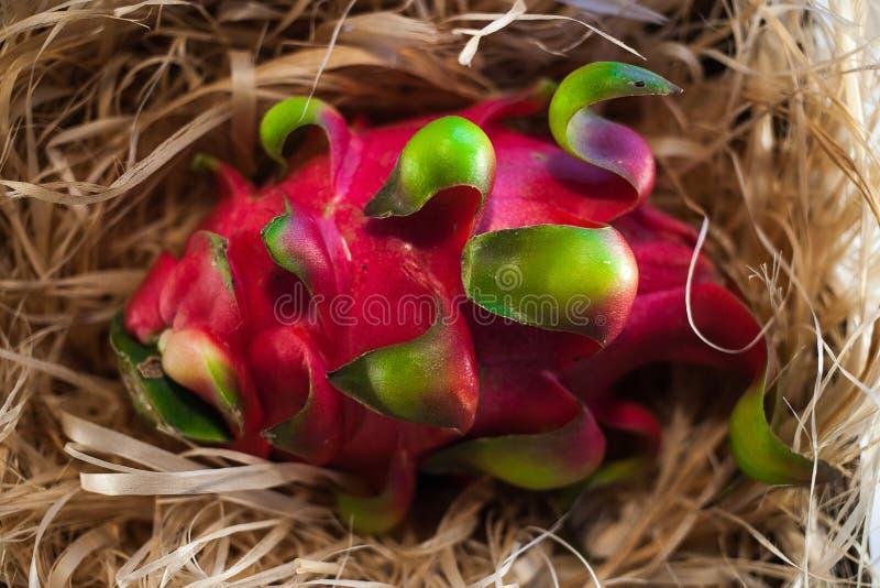 Ganze Drachefrucht auf Stroh stockfoto