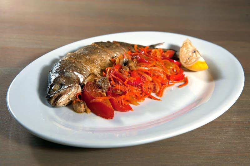 Ganze Fische gebacken stockfotos