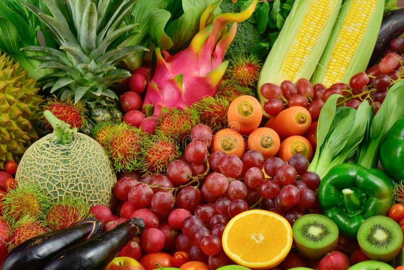 Ganze frische Obst und Gemüse organisch für gesundes stockfotos