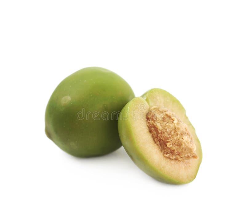 Ganze grüne Olive nahe bei geschnittenen lizenzfreies stockfoto
