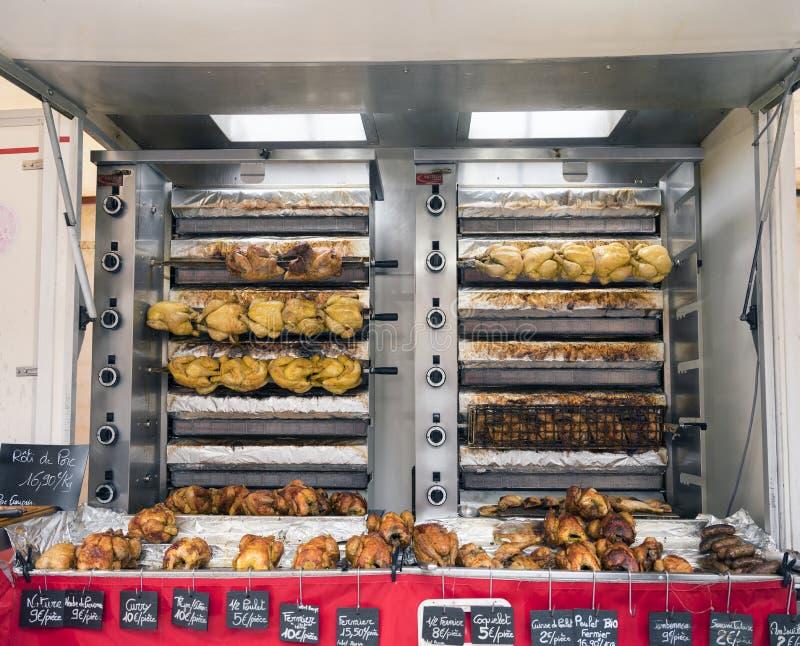 Ganze Hühner auf Grill für Verkauf auf Markt in der französischen Stadt von Besançon stockbilder