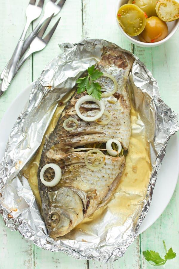 Ganze Karpfenfische gebacken in der Folie stockfotos