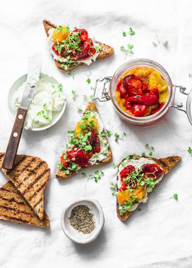 Ganze Kornsandwiche mit mariniert legten gebratenen gegrillten Gemüsepaprika, Frischkäse - köstlicher Imbiss, Aperitifs, Tapas in stockfotos
