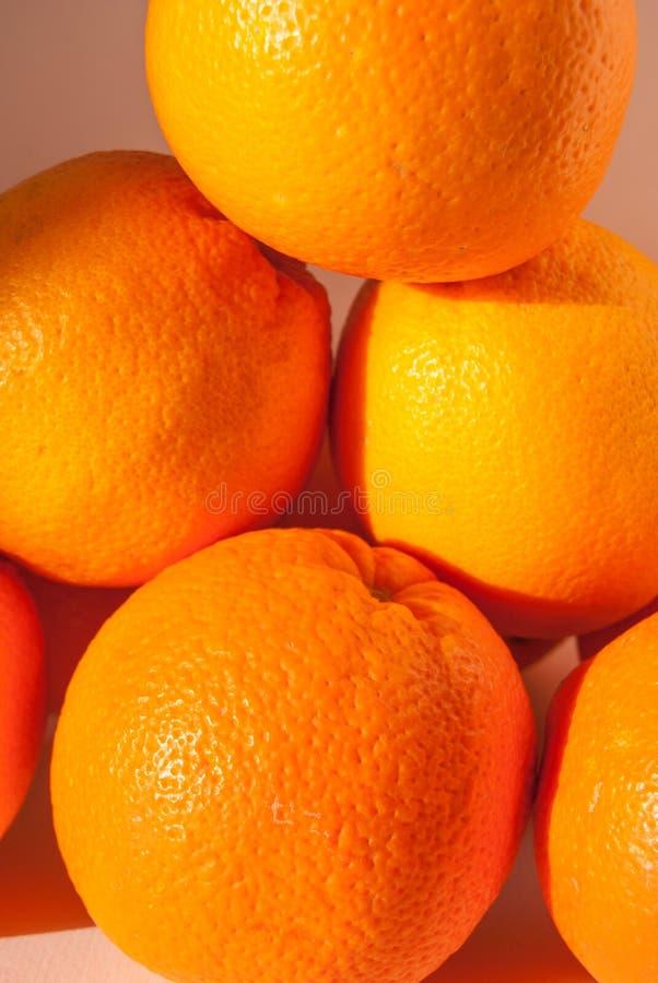 Ganze Orangen eine auf die andere stockbild