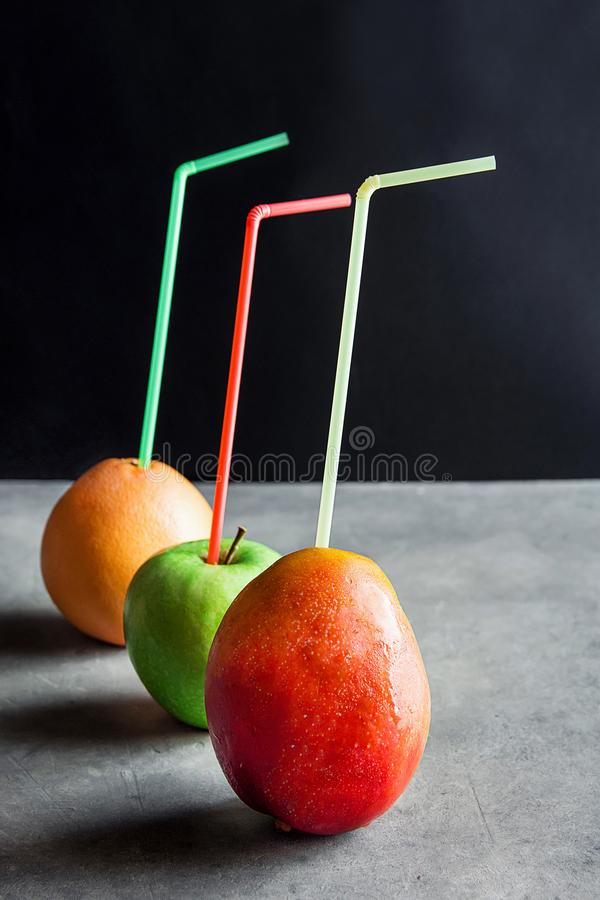 Ganze organische reife Frucht-tropische Mango-Apple-Pampelmuse mit Trinkhalm-frischem natürlichem Saft-gesunde Diät Reinigungsdet lizenzfreies stockfoto